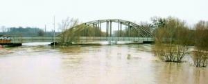 Stávající most během povodní (zhoršená kvalita snímku – archiv SŽDC 2006)