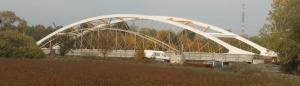 Porovnání stávajícího a nového mostu, pohled zprava, vpravo směr Břeclav (rozpětí polí stávajícího mostu: 24 m, 63 m, 24 m; rozpětí nového mostu: 97,5 m).